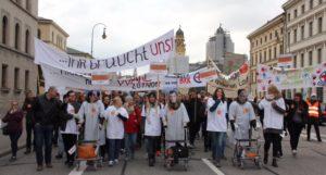 Die beruflich Pflegenden zeigten bei der Demo deutlich, was sie von der aktuellen Lage in der Pflegepolitik halten.